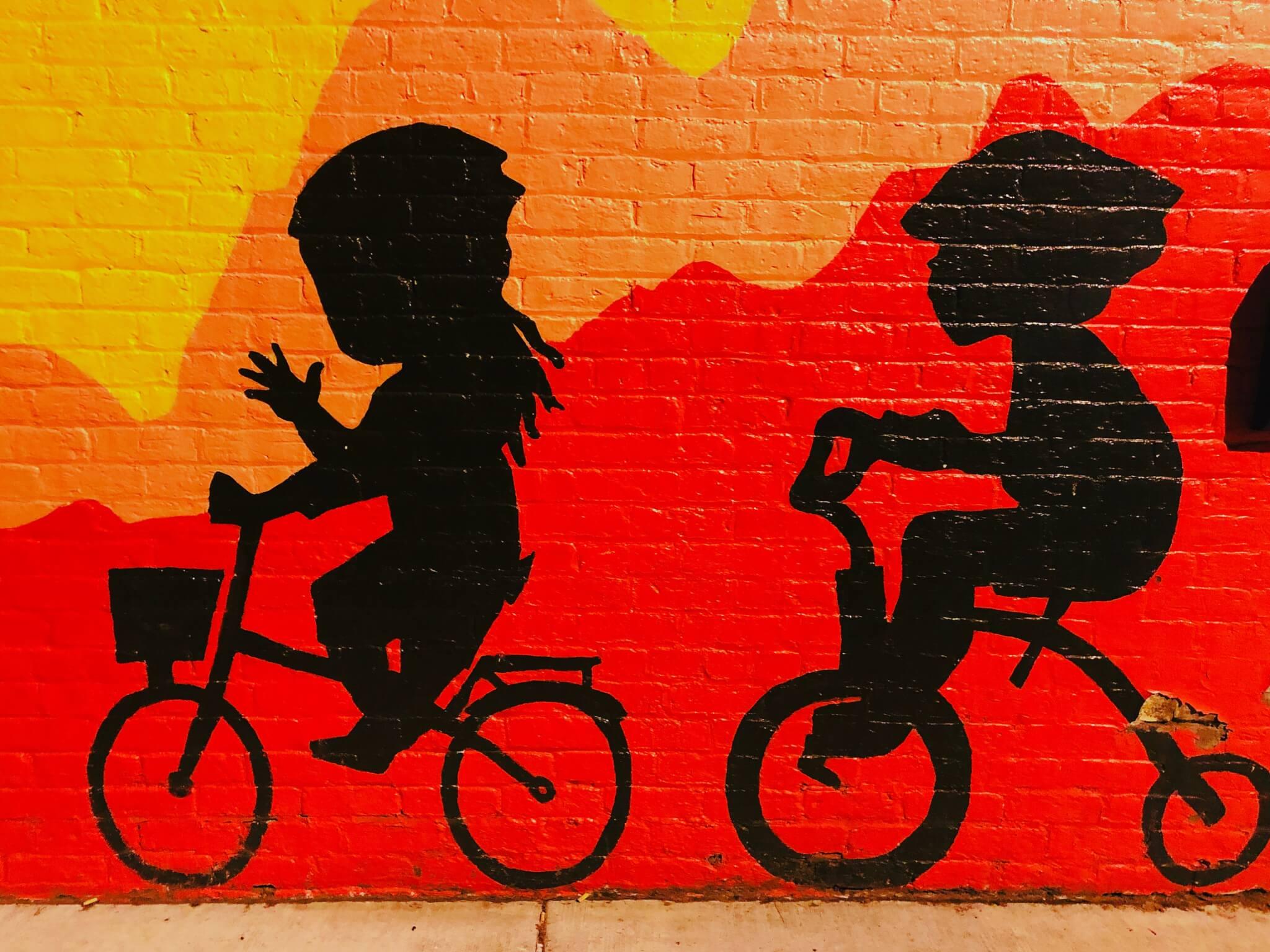 Murale che ritrae bimbi in bici e in triciclo